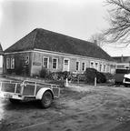 Voor - en zijgevel van het voormalige koetshuis van de borg Woelwijk